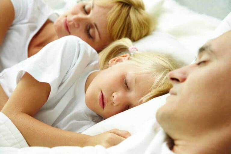 Ska du låta dina barn sova med dig?