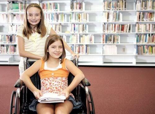 inkluderande skola: två flickor, en i rollstol