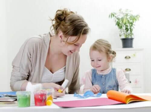 positiva vanor: mamma och dotter pysslar