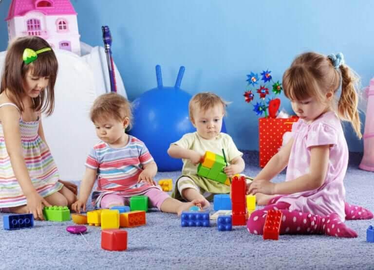barns motoriska färdigheter: barn leker med byggleksaker