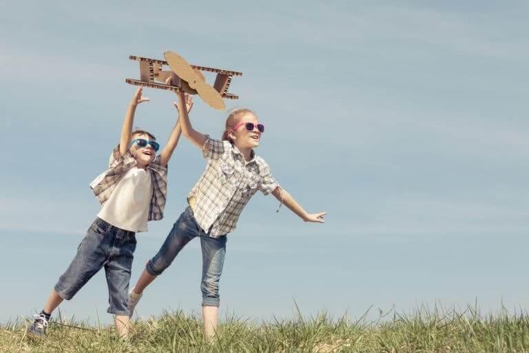 utbilda ur ett barns perspektiv: barn leker med leksaksflygplan