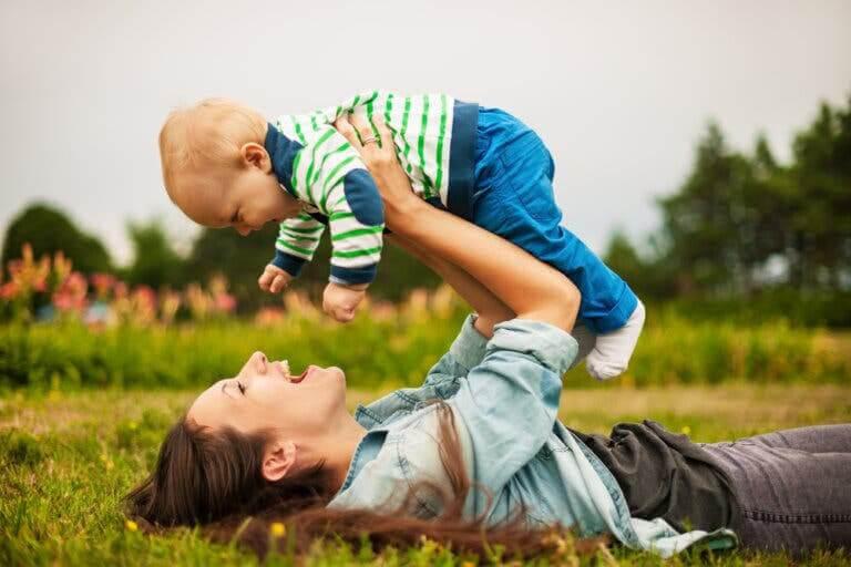 utbilda ur ett barns perspektiv: mamma leker med baby