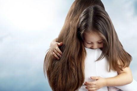 Rädsla för att misslyckas: mamma kramar barn