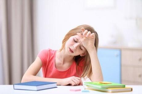 Psykosomatiska störningar: flicka med huvudvärk