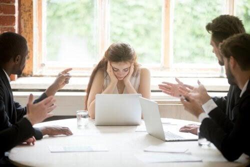 känslomässiga sår från barndomen: kvinna ser stressad på möte