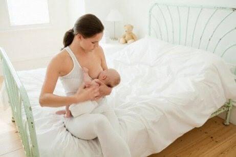 Hur länge ska bebisar sova innan de matas?