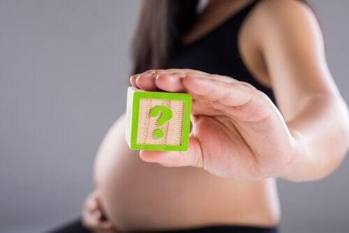 Hur många kejsarsnitt? gravid kvinna håller upp frågetecken
