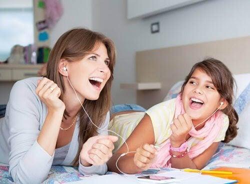 mamma från millenniegenerationen med dotter