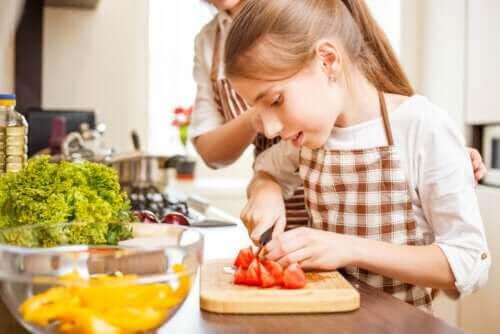 laga mat med tonåringar: tonåring skär tomater
