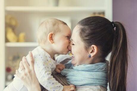 Förlorad ungdom: baby biter mamma i näsan