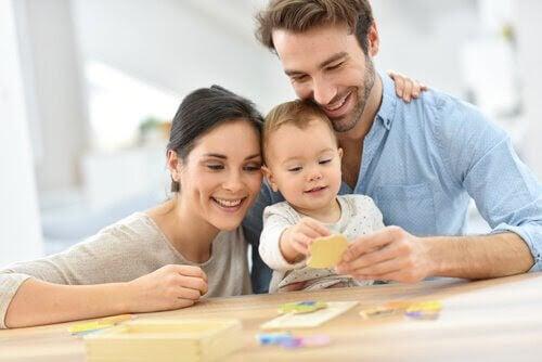 Konstruktiv disciplin: mamma och pappa leker med baby