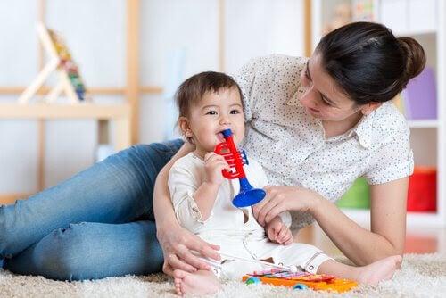Konstruktiv disciplin: mamma leker med baby