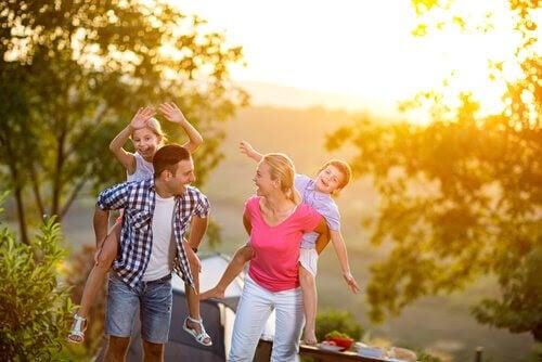 familj som leker ute