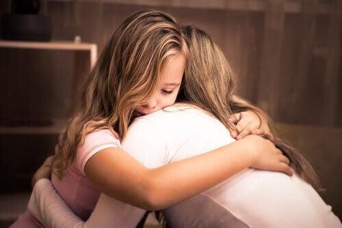 såren i familjen: mor och dotter kramas