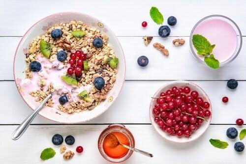 skedvänliga recept: flingor, yoghurt och bär