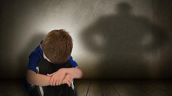våld i familjen: hopkrupen pojke och skuggan av en man
