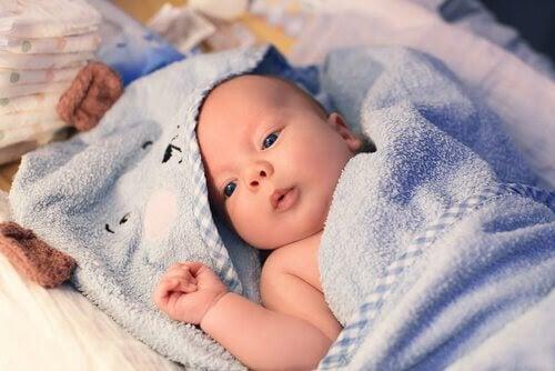 sitt barns kön: baby i blå filt