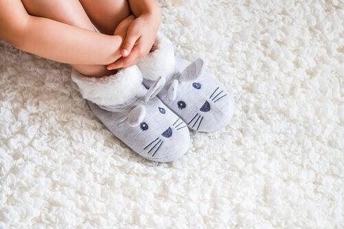 barnfötter med kanintofflor