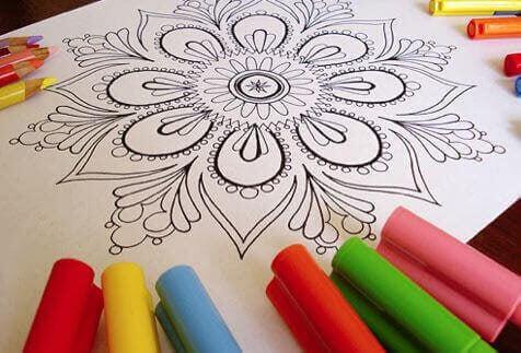aktiviteter att göra hemma som familj: mandalamönster och färgpennor