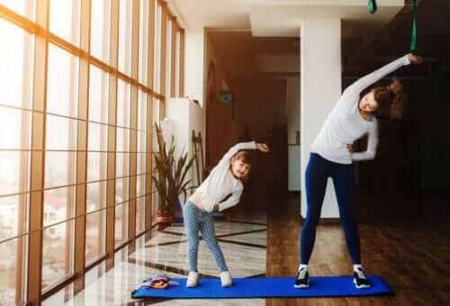 aktiviteter att göra hemma som familj: mamma och dotter stretchar
