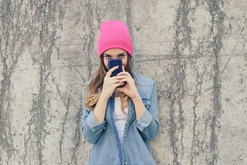 de sena tonåren: tonåring tar selfie