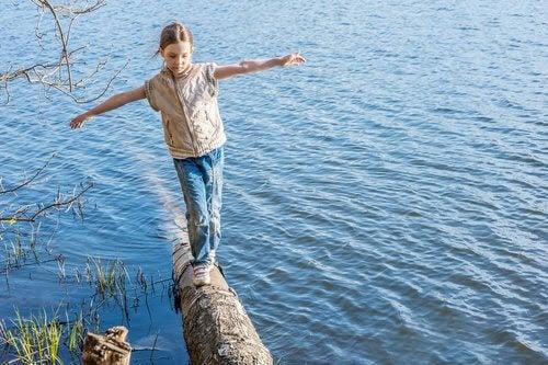 förbättra barns balans: barn balanserar på stock
