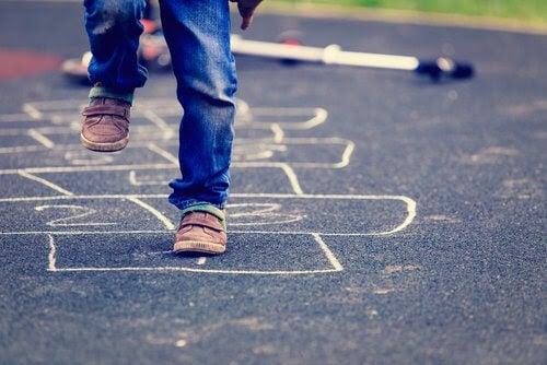 förbättra barns balans: barn hoppar hage