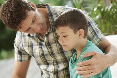 moraliska utvecklingen: pappa talar med son