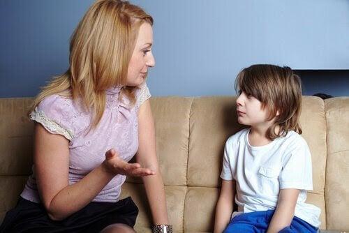 moraliska utvecklingen: mamma talar med son på soffa
