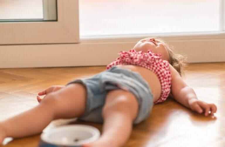 lilla tonåren: sexåring har utbrott på golvet