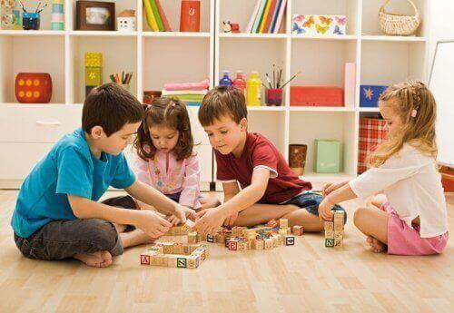 Barn leker med block