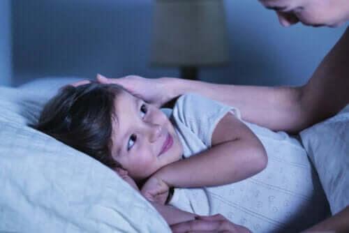 Barns sömn: förälder stoppar om barn