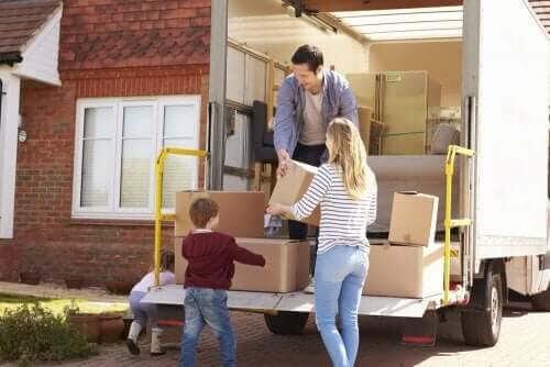 harmoni i en bonusfamilj: familj med flyttbil