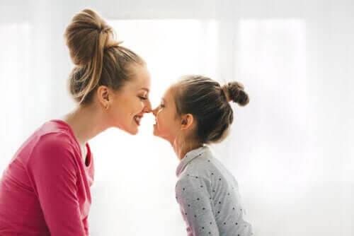 inre frid: mamma och dotter gnuggar näsa
