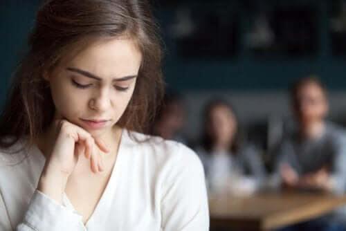 barn som blir retade: ledsen flicka