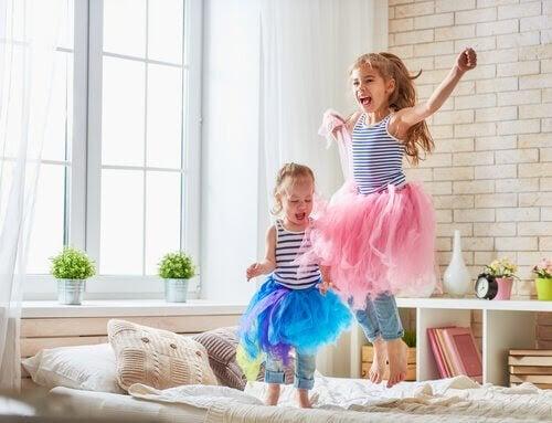 barn med delat sovrum leker