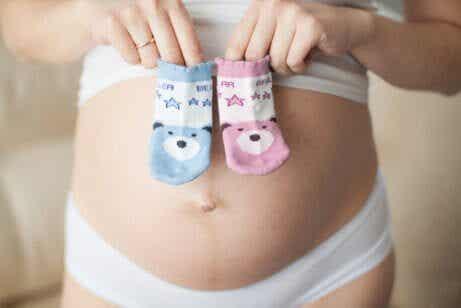Kan formen på en gravid kvinnas mage säga något om barnets kön?