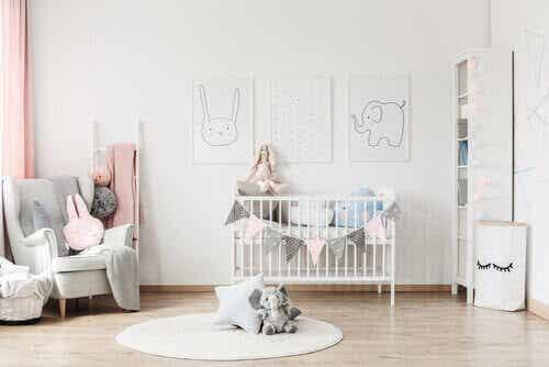 Tips för att organisera din bebis rum så att allt får plats