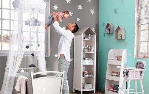 din babys rum: pappa håller upp baby