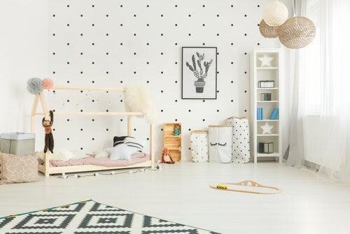 din babys rum: barnrum med prickiga tapeter