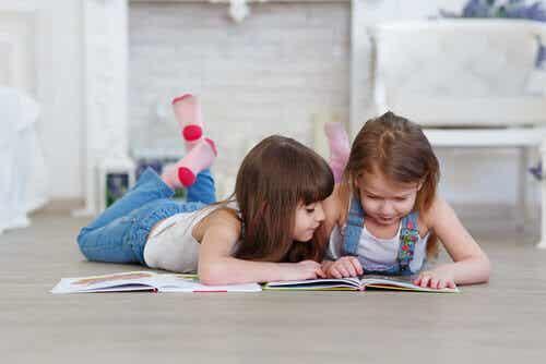 Vilken är den bästa åldern för barn att börja lära sig läsa?