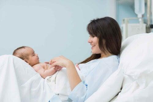 avslag efter förlossningen: nybliven mamma och baby