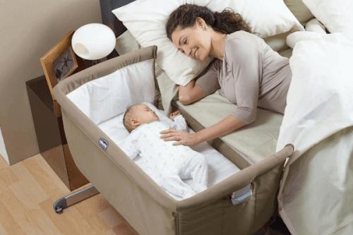 din babys första säng: baby i sidosäng bredvid mamma