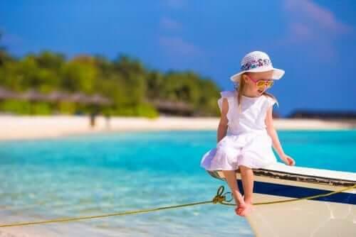 seglar med barn: flicka på båt