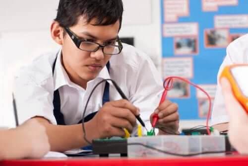 yrkesorientering för barn: tonåring med elektronik