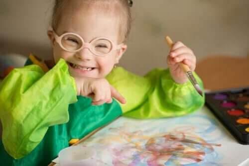 Barn med funktionsnedsättningar målar