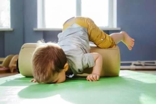 psykomotoriska rum: barn snubblar över dyna