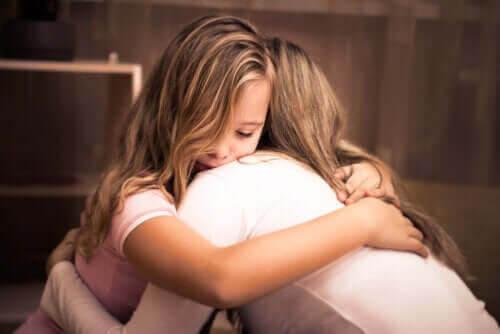 utan belöningar och straff: mamma kramar barn