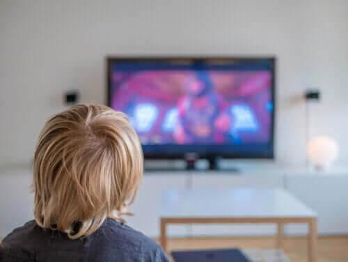 negativa effekterna som skärmtid: barn tittar på tv