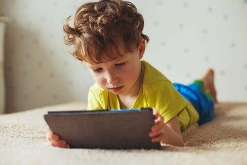 De negativa effekterna av skärmtid på barn
